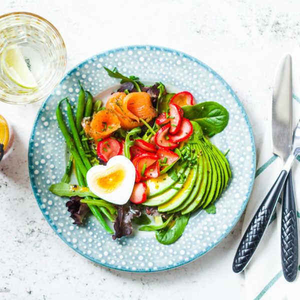 Avocado-Lachs-Salat mit marinierten Radieschen und Granatapfel-Koriander-Vinaigrette |GourmetGuerilla.de