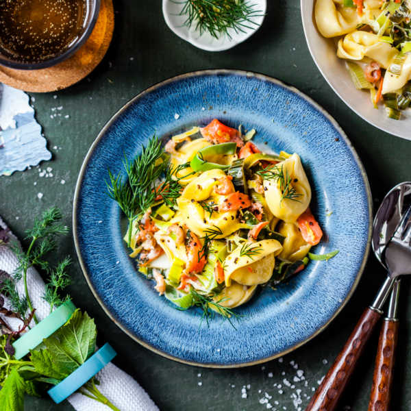 Norwegische One-Pan Pasta mit Lachs, Krabben und Dill in Weisswein-Sahne  GourmetGuerilla.de