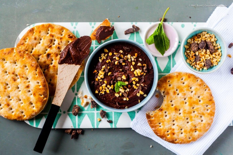schokoladen hummus mit mandeln und schokosplittern in. Black Bedroom Furniture Sets. Home Design Ideas