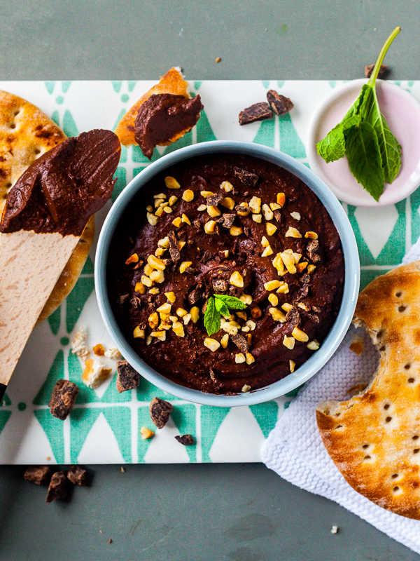 Schokoladen-Hummus mit Haselnüssen und Schokosplittern |GourmetGuerilla.de