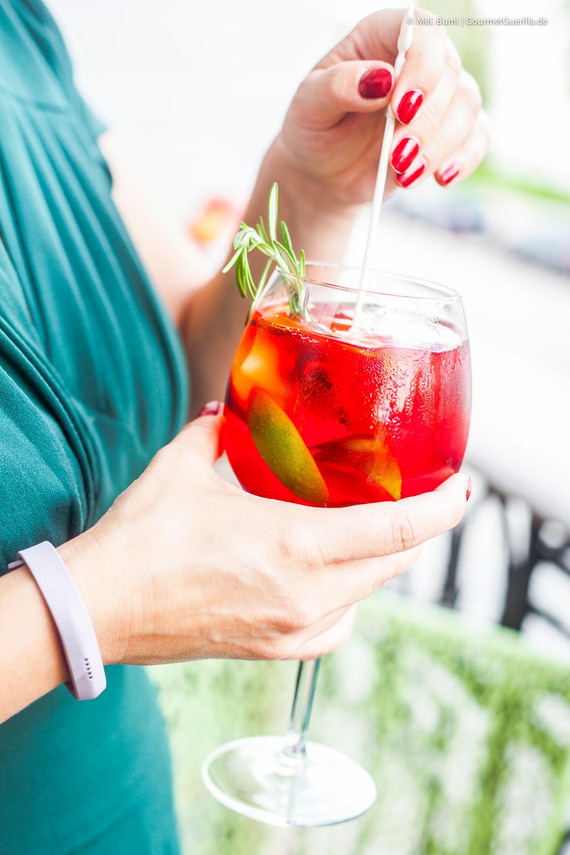 Hibiskus-infused Himbeersecco-Punch mit Pfirsich und Rosmarin |GourmetGuerilla.de