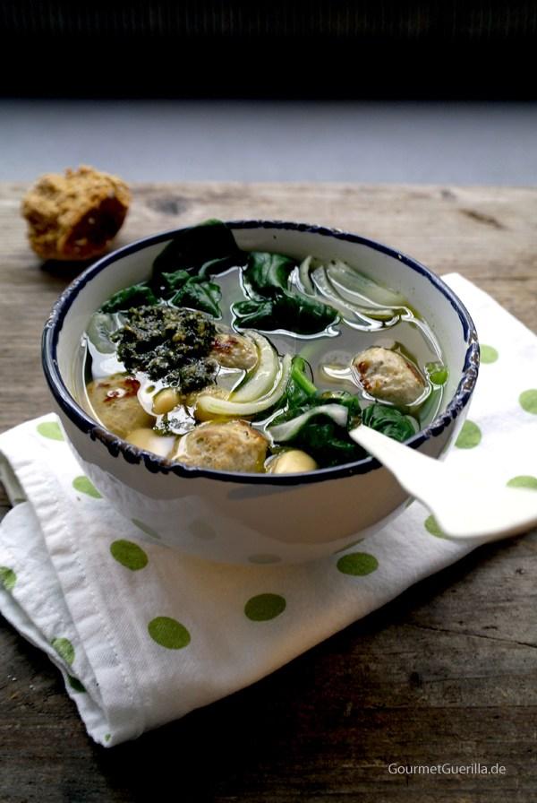 Suppe mit Bratwurstklößchen Spinat Bohnen |GourmetGuerilla.de