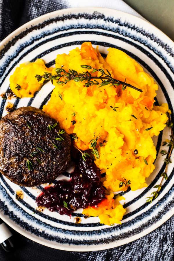 Wildschwein-Bulette mit Kartoffel-Kürbis-Stampf und Preiselbeeren |GourmetGuerilla.de