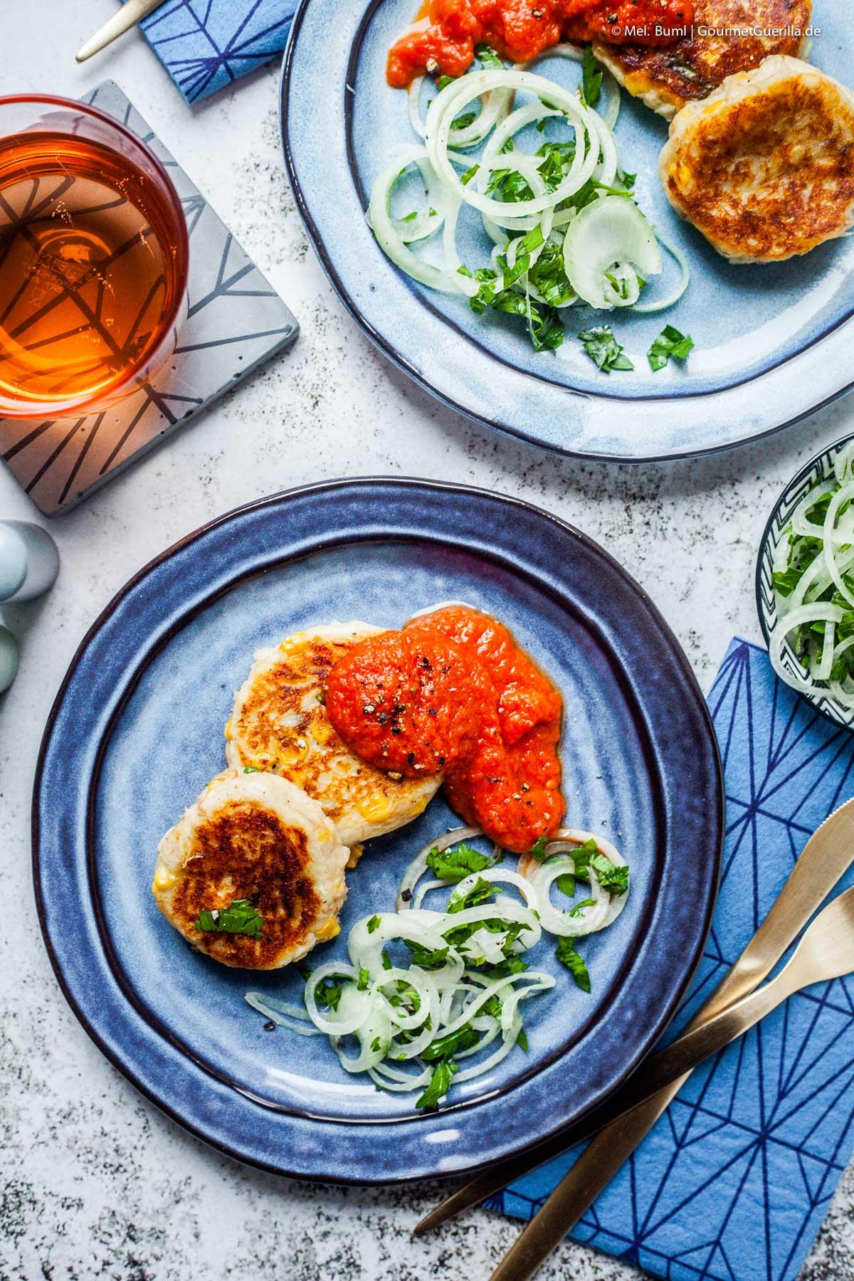 Kartoffel-Thunfisch-Küchlein mit Tomatensoße und Zwiebelsalat |GourmetGuerilla.de