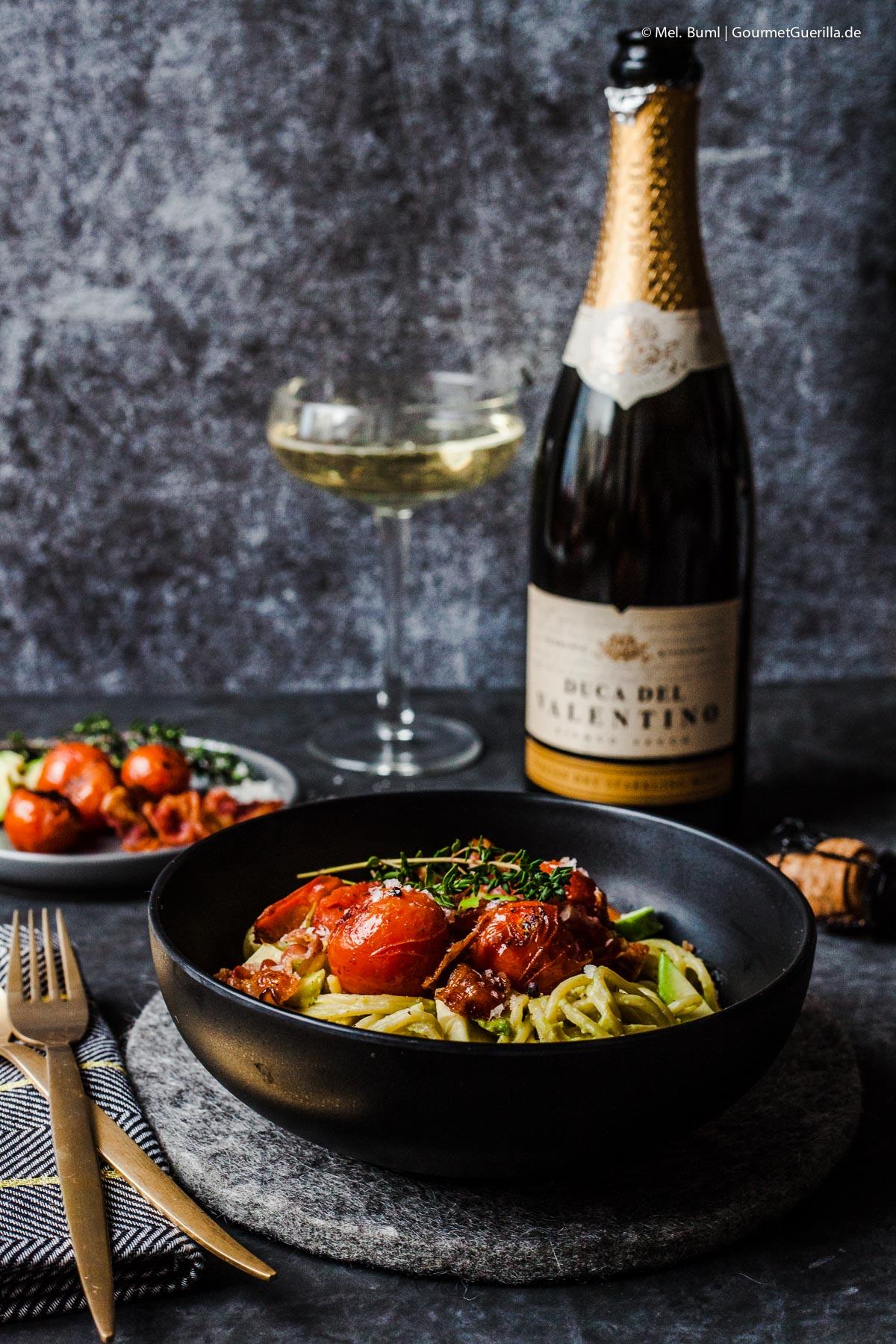 Spaghetti mit Avocado-Soße, geschmolzenen Tomaten und Bacon-Flakes |GourmetGuerilla.de