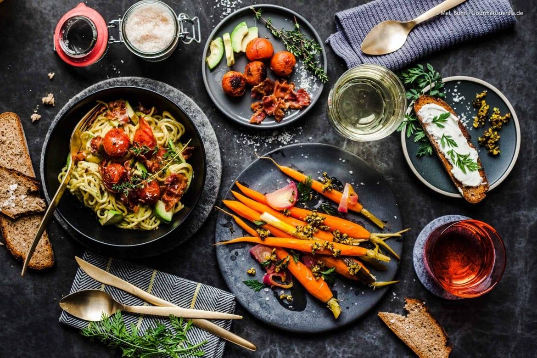 {Valentins-Dinner} Orangen-Moehren mit Pistazien-Thymian-Crunch und Avocado-Spaghetti mit gebackenen Tomaten und Baken-Flakes |GourmetGuerilla.de