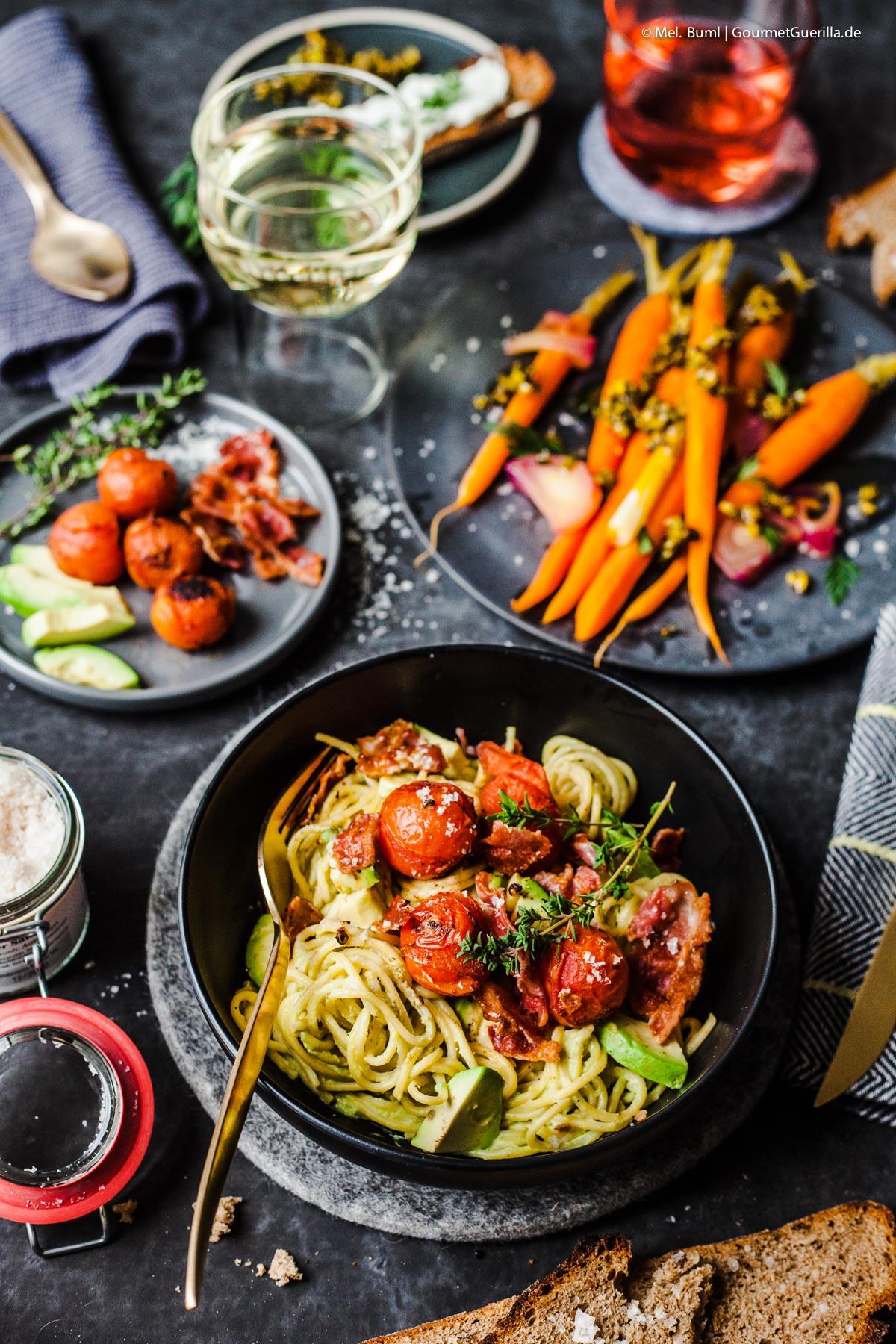 {Valentins-Dinner} Orangen-Möhren mit Pistazien-Thymian-Crunch und Avocado-Spaghetti mit gebackenen Tomaten und Baken-Flakes |GourmetGuerilla.de