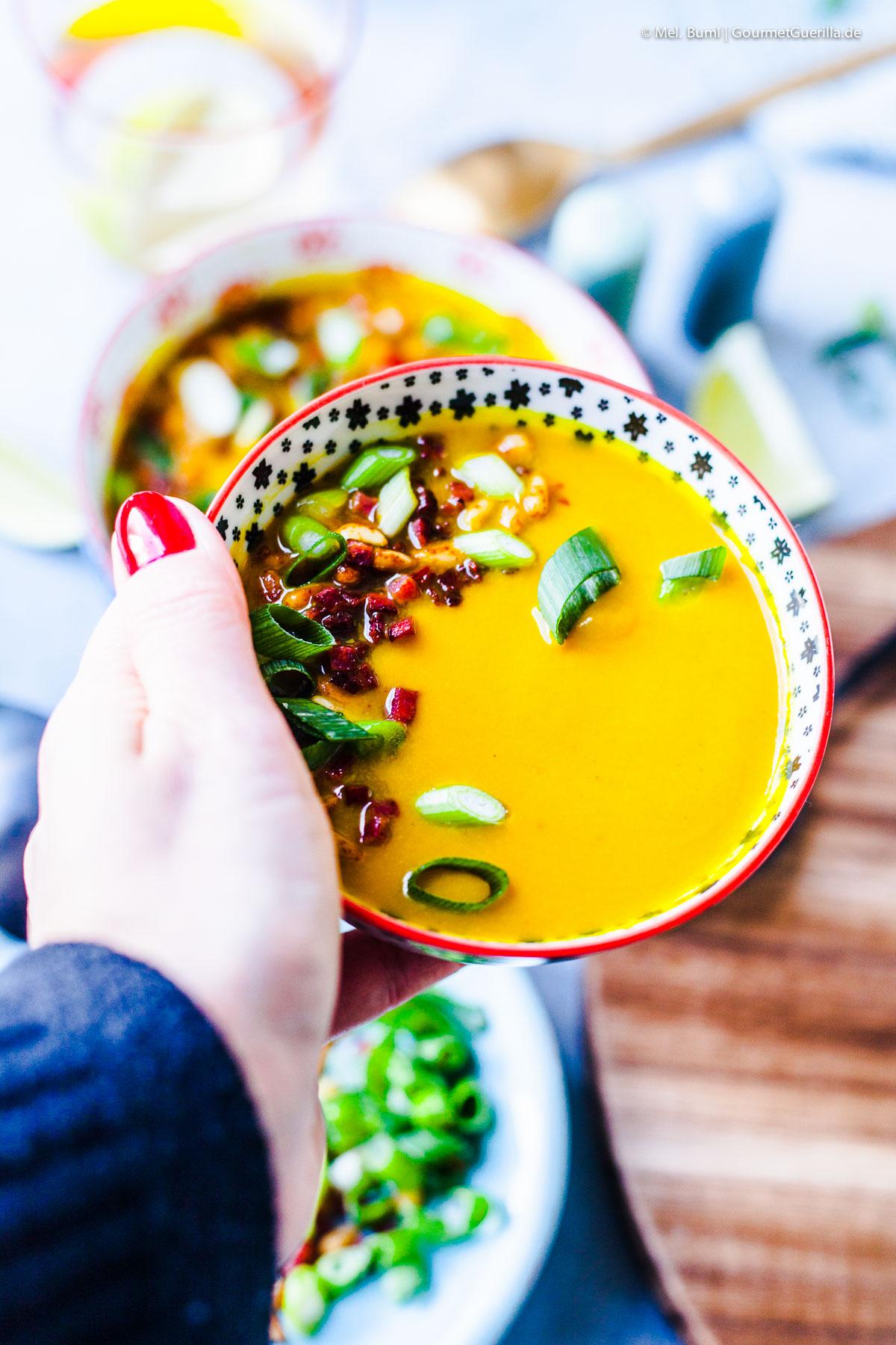 Goldene Blumenkohlsuppe mit Knusperschinken und Pinienkernen |GourmetGuerilla.de