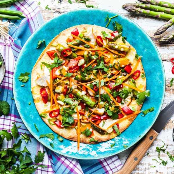 Fladenbrot-Pizza mit Hühnchen, grünem Spargel und pikanter Erdnusssoße – 500 kcal |GourmetGuerilla.de