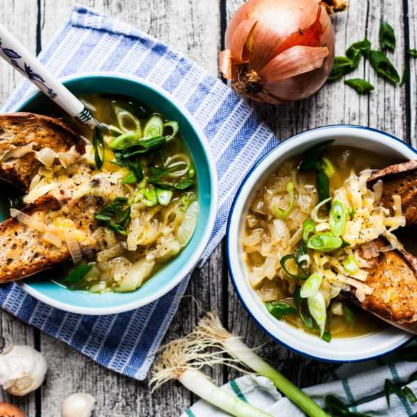 Franzöesische Zwiebelsuppe aus den Pariser Markthallen mit Brot und Käse |GourmetGuerilla.de