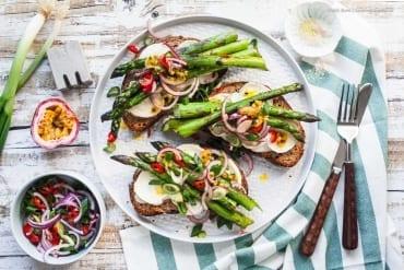 Lauwarme Stulle mit Ziegenkäse, gebratenem Spargel und Chili-Maracuja-Zwiebelchen |GourmetGuerilla.de