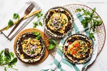 Open Kibbeh Tarte - die orientalischen Vorspeisen-Bällchen als easy-peasy Auflauf mit Hack, Bulgur und Tahini |GourmetGuerilla.de