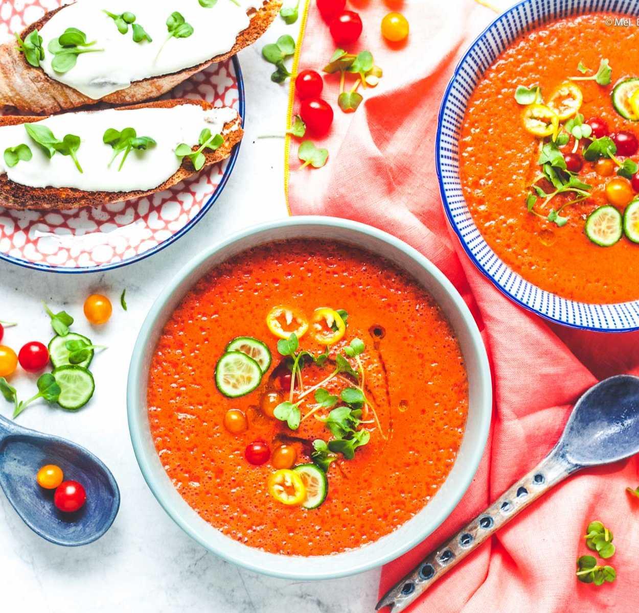 Erfrischendes Melonen-Tomaten-Süppchen mit Ziegenkäse-Crostini  GourmetGuerilla.de