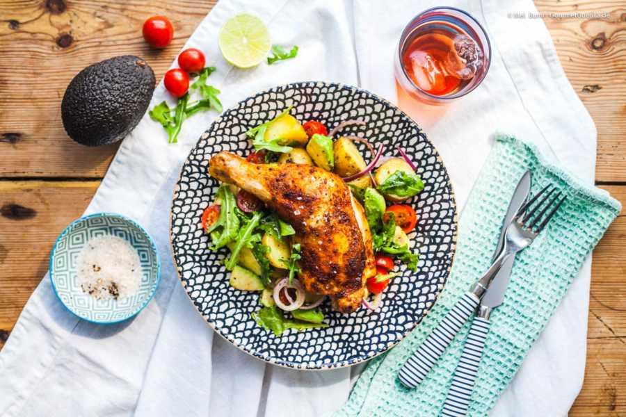 Krosses Paprika-Hühnchen auf lauwarmem Kartoffel-Avocado-Salat |GourmetGuerilla.de