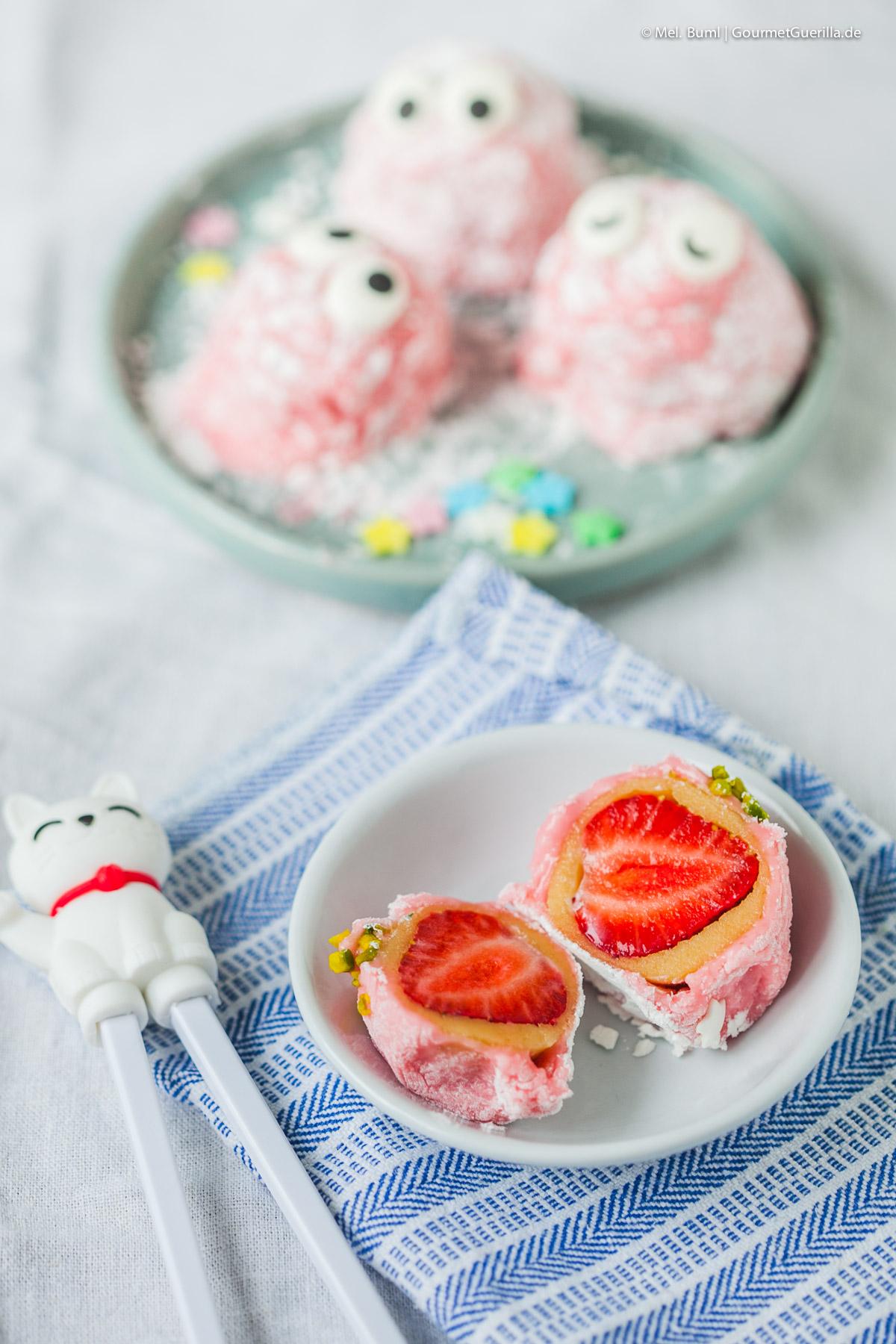 Rosa Daifuku mit Erdbeeren und Marzipan - japanisches Mochi-Konfekt |GourmetGuerilla.de