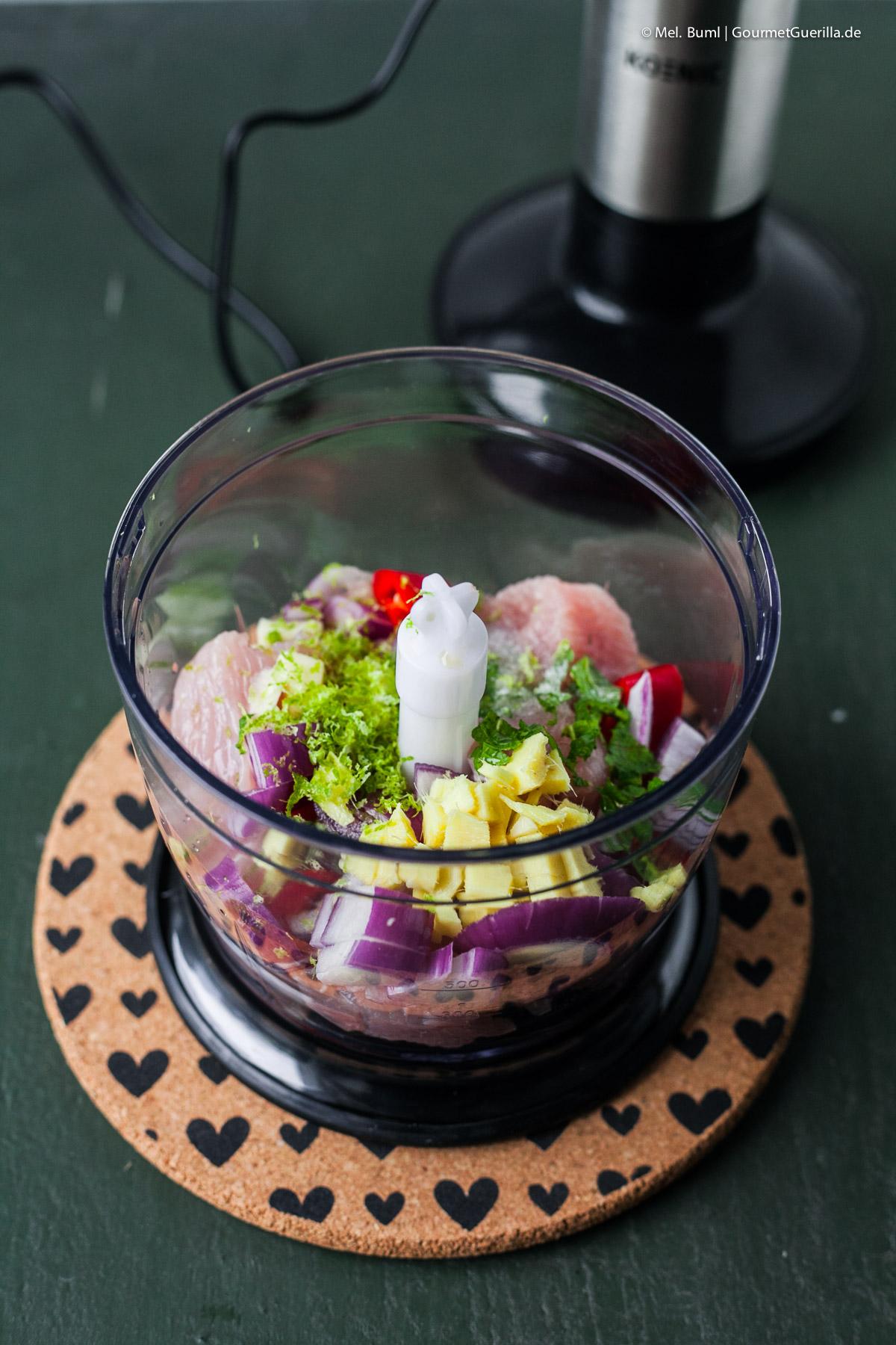 Hackfleisch selber machen für Sommerlicher Reisnudelsalat mit Asia-Pesto und Gefluegelhack-Baellchen |GourmetGuerilla.de
