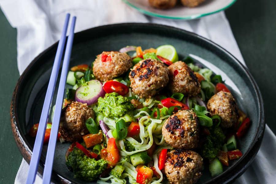 Sommerlicher Reisnudelsalat mit Asia-Pesto und Geflügelhack-Bällchen |GourmetGuerilla.de