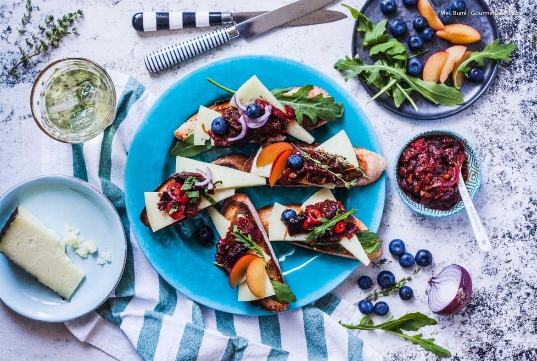 Käse-Crostini mit Manchego und pikantem Pflaumen-Tomaten-Chutney |GourmetGuerilla.de