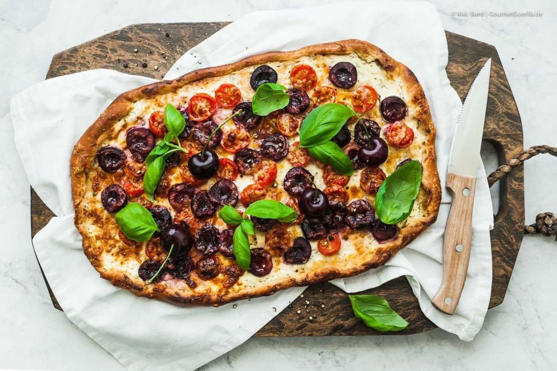 Schnelle Sommer-Pizza mit Kirschen, Tomaten und Pecorino |GourmetGuerilla.de