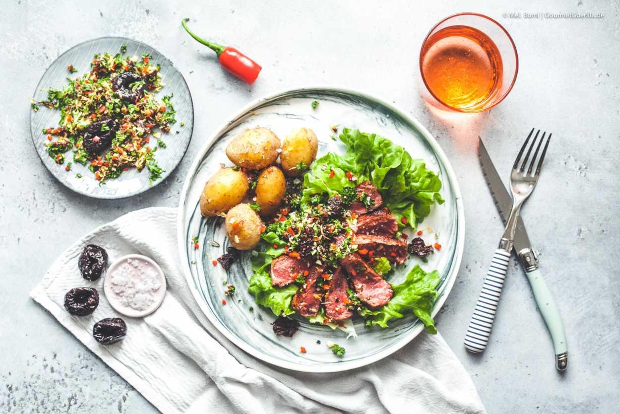 Taglliata mit Pflaumen-Rosmarin-Gremolata  GourmetGuerilla.de