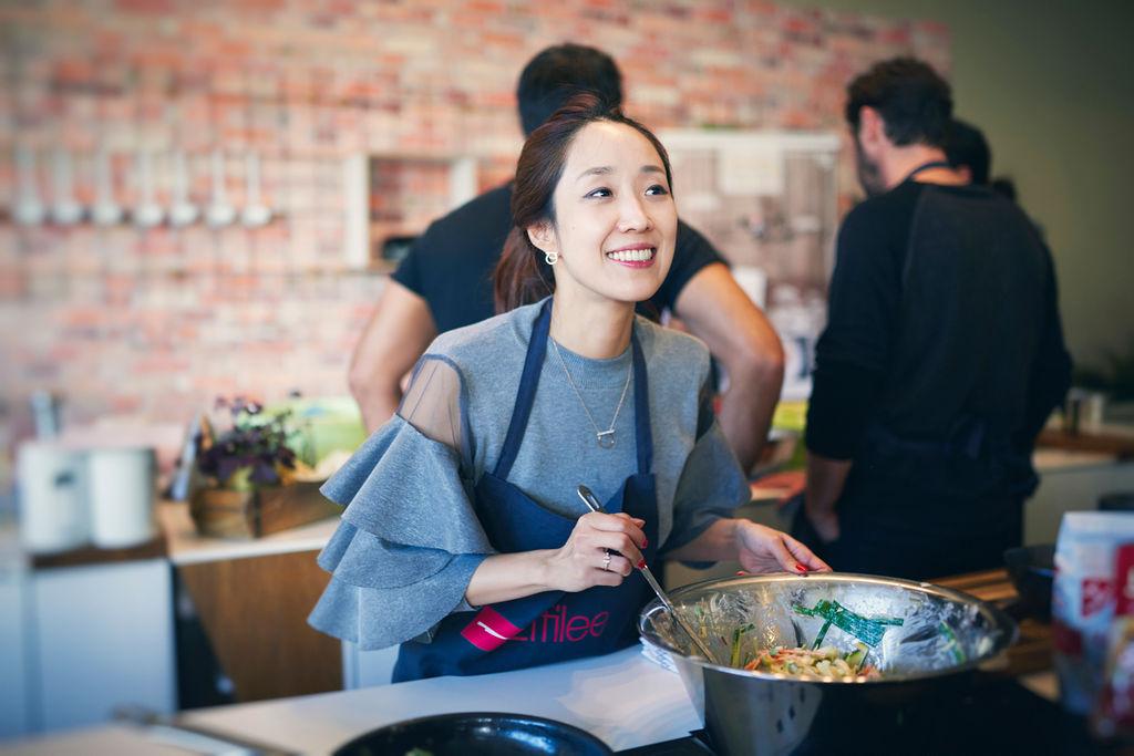 Professionell kocht hier eigentlich niemand. Die Damen und Herren leben in Hamburg und gehen sonst allesamt ganz anderen Beschäftigungen nach. Aber heute Abend kochen wir zusammen, wie es koreanische Familien zu Hause im Alltag tun. Initiator dieser tollen Idee ist das kulinarische Kulturmagazin Effilee. Zusammen mit den koreanischen Damen und Herren hat man geplant, organisiert und die typischen koreanischen Produkte besorgt. Jetzt duftet es in der schnieken Eventküche schon wunderbar, Flüssigkeiten blubbern in große Töpfen, Gemüse türmt sich auf den Schneidebrettern oder wird bereits mit großen Messern in perfekte, winzige Stifte zerteilt.