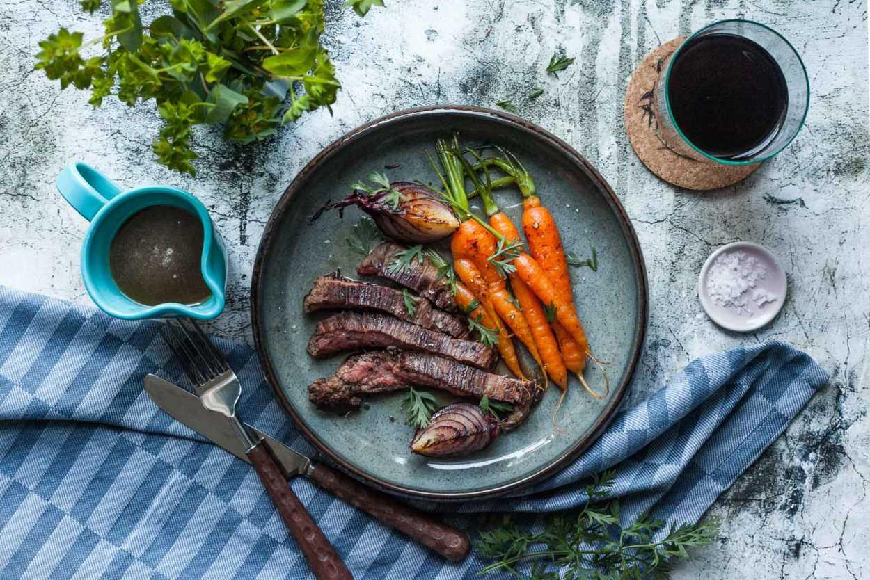 Irish Beef Flank Steak mit Whiskey-Honig Soße und gebratenen Wurzeln  GourmetGuerilla.de