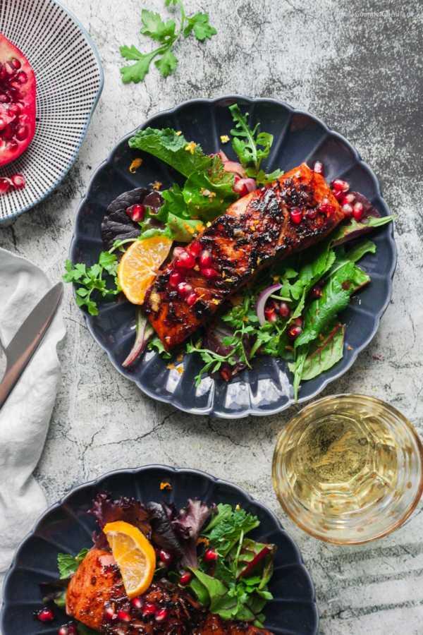 Mit Granatapfel glasierter Lachs auf Wildkräuter-Salat |GourmetGuerilla.de