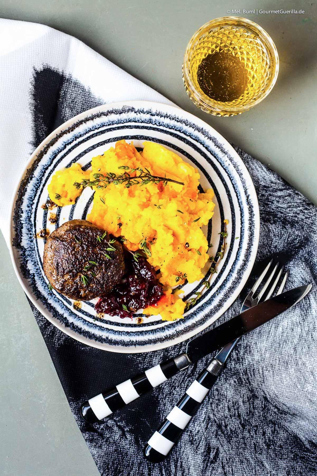 Wildschwein-Bulette mit Kartoffel Kuerbis Stampf und Preiselbeeren | GourmetGuerilla.de