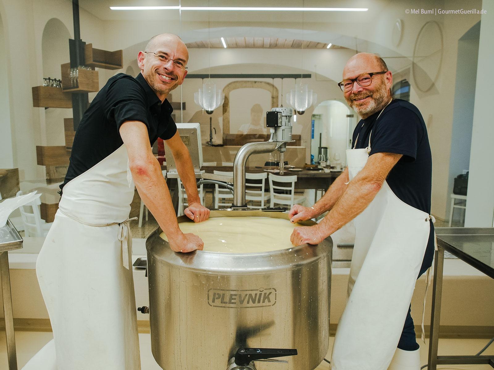 Käsebruch rühren für Heumilchkäse in Wiens einziger Stadtkäserei Lingenhel |GourmetGuerilla.de