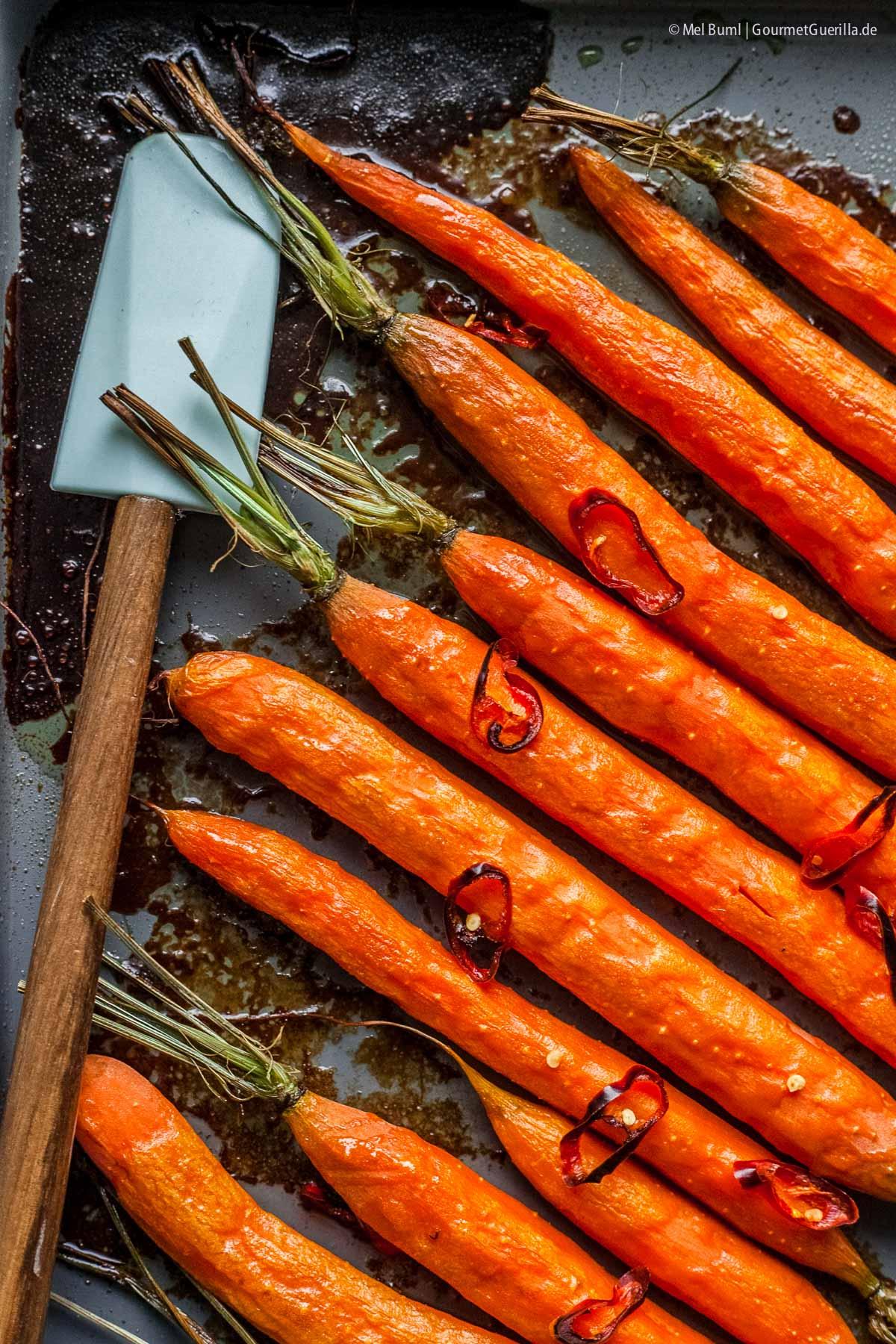Karamell-Möhren aus dem Ofen mit Tahini und Granatapfel |GourmetGuerilla.de