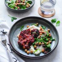 BBQ-Blumenkohlschnitzel mit lauwarmem Kichererbsen-Soinat-Salat aus der Heißluftfritteuese |GourmetGuerilla.de