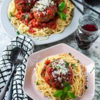 In Tomatensoße gebackene Riesen- Fleischbällchen mit Spaghetti |GourmetGuerilla.de