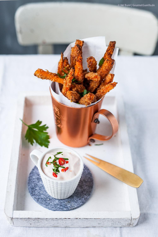 Knusprige Möhren- Fritten in der Parmesan-Hülle mit Sweet Chili Creme-Dipp |GourmetGuerilla.de
