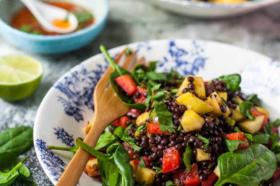 Veganer Mango- Belugalinsen- Salat mit Thai- Dressing –unter 500 Kalorien |GourmetGuerilla.de