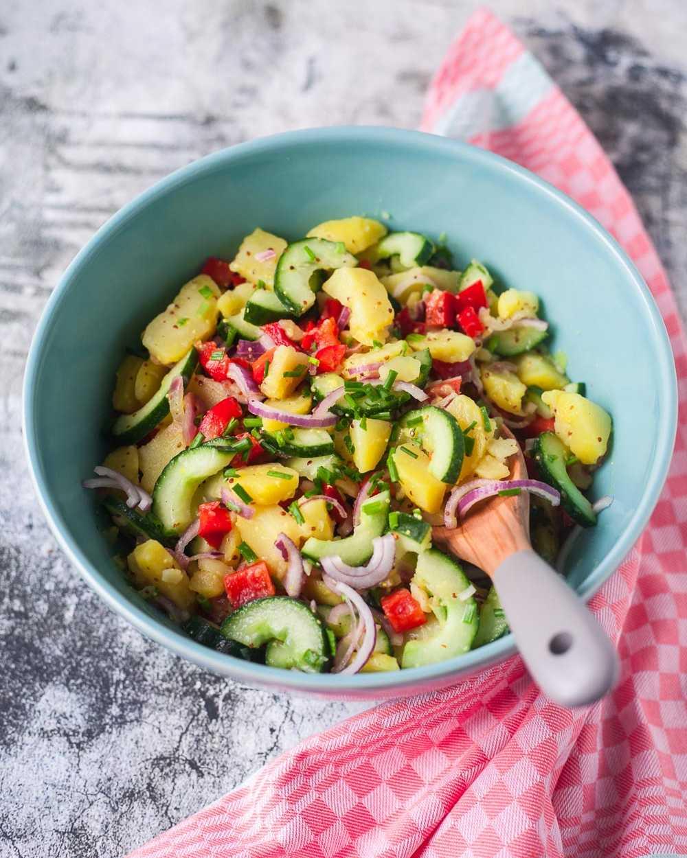 Bunter Kartoffelsalat mit Gurke und Paprika zum Steak oder Veggi-Bratling unter 500 Kalorien |GourmetGuerilla.de
