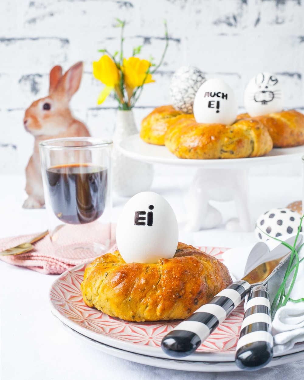 Herzhafte Pesto- Hefekränzchen mit buntem Oster-Ei essbares Nest für den Brunch |GourmetGuerilla.de