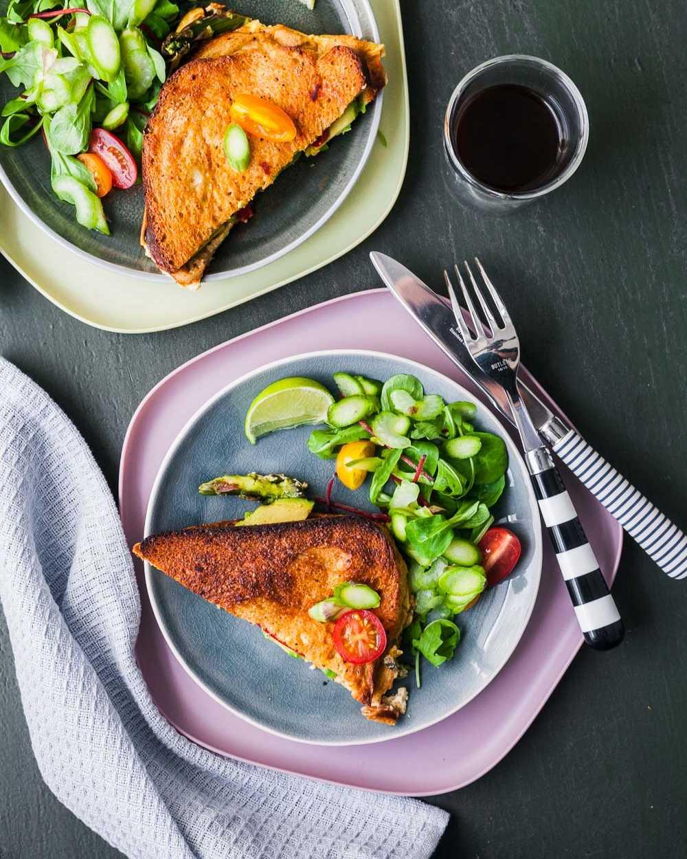 Herzhafter French Toast mit Avocado aus dem Ofen mit Spargelsaalt  GourmetGuerilla.de  GourmetGuerilla.de