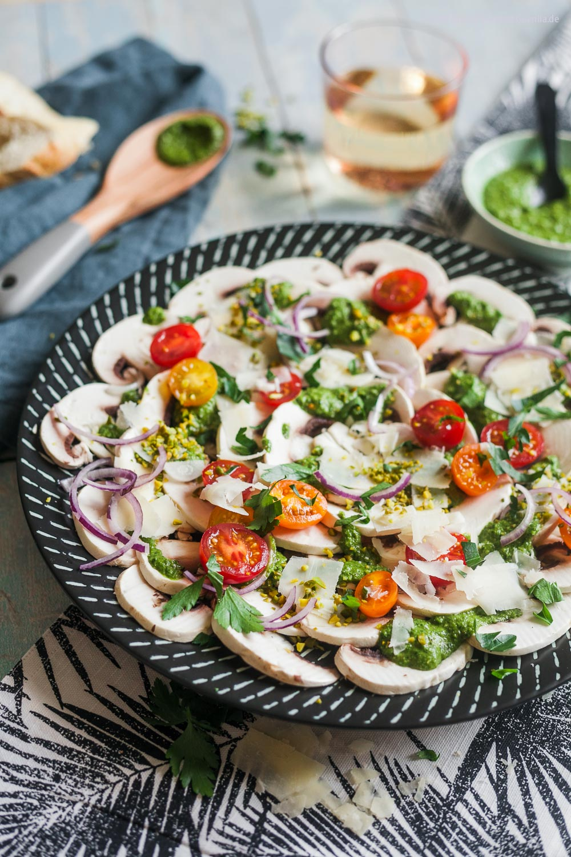 Schnelles Champignon-Carpaccio mit Petersilien-Pesto, Pistazien und Parmesan |GourmetGuerilla.de |
