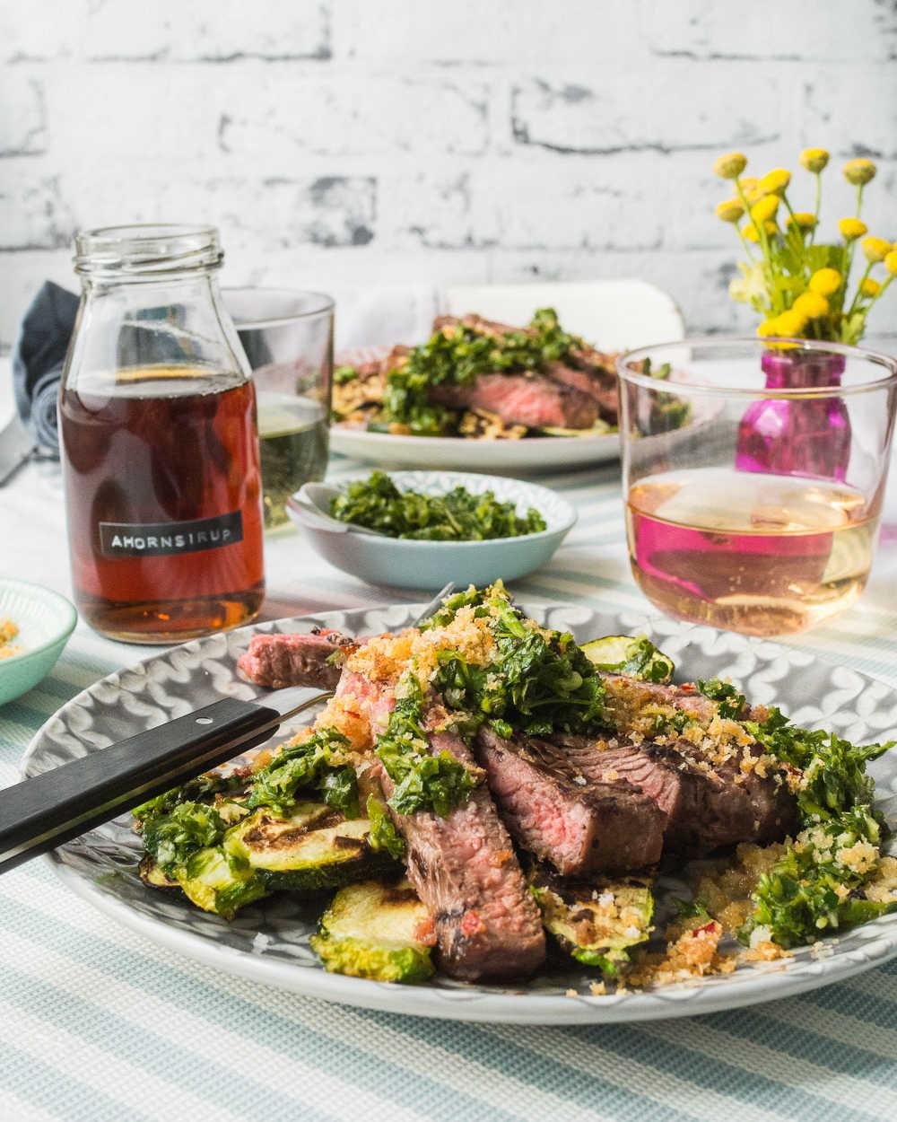 Steak und Zucchini vom Grill mit grüner Salsa und pikanten Knusper-Bröseln |Gourmetguerilla.de