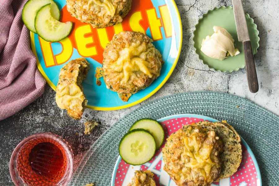 20-Minuten Käse-Zwiebel-Brötchen mit Spinat - ein Backrezept mit Heumilchkäse |GourmetGuerilla.de