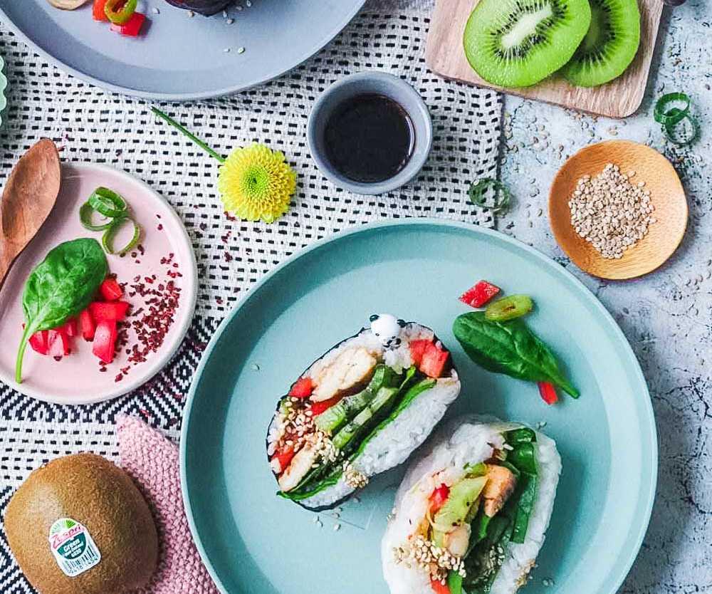 Japanisches Reissandwich mit Kiwi-Salat und Teriyaki-Hühnchen - Onigirazu | |GourmetGuerilla.de