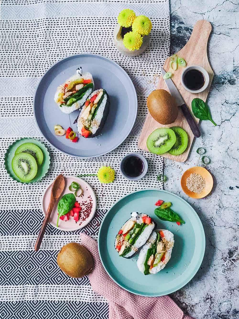 Japanisches Reissandwich mit Kiwi-Salat und Teriyaki-Huehnchen - Onigirazu |GourmetGuerilla.de