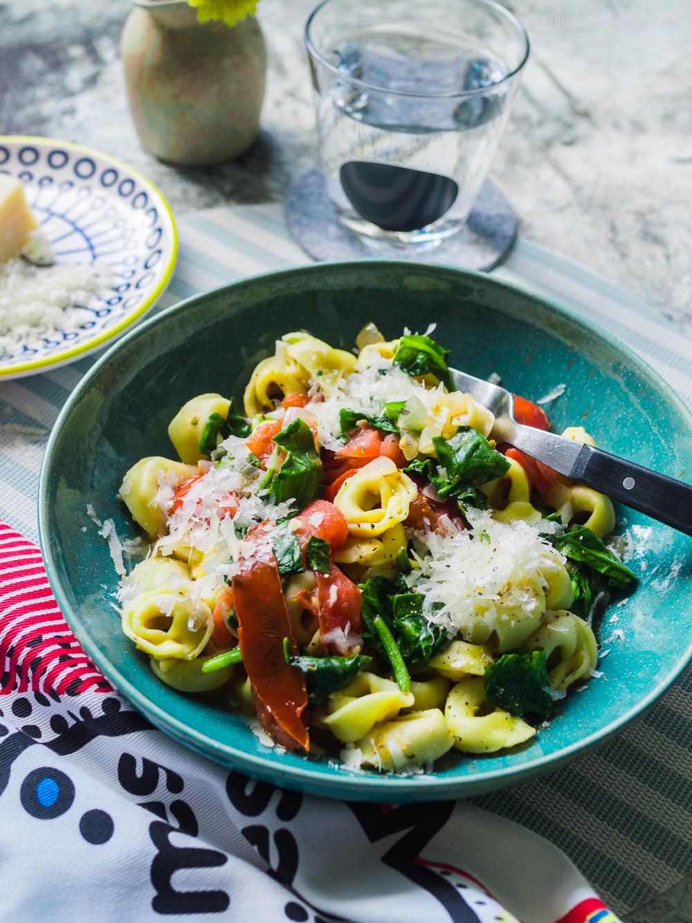 10-Minuten Tortellini mit frischem Tomaten-Spinat-Sugo |GourmetGuerilla.de