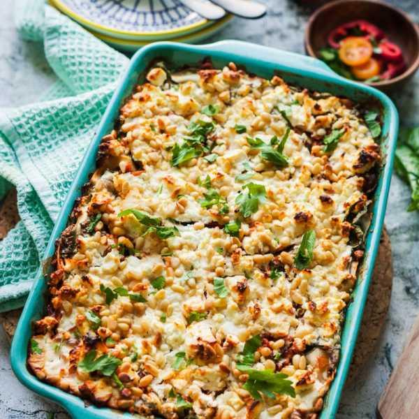 Orientalische Möhren-Spinat-Lasagne. Ein vegetarischer Nudelauflauf mit viel Gemüse, tollen Gewürzen und einem Schuss dunklem Ahornsirup. Das schmeckt der ganzen Familie! #lasagne #nudelauflauf #möhren #gemüseauflauf #ahornsirup #gebacken #ausdemofen #vegetarisch #gemüse #spinat #gourmetguerilla #foxyfood #orientalisch #rezept