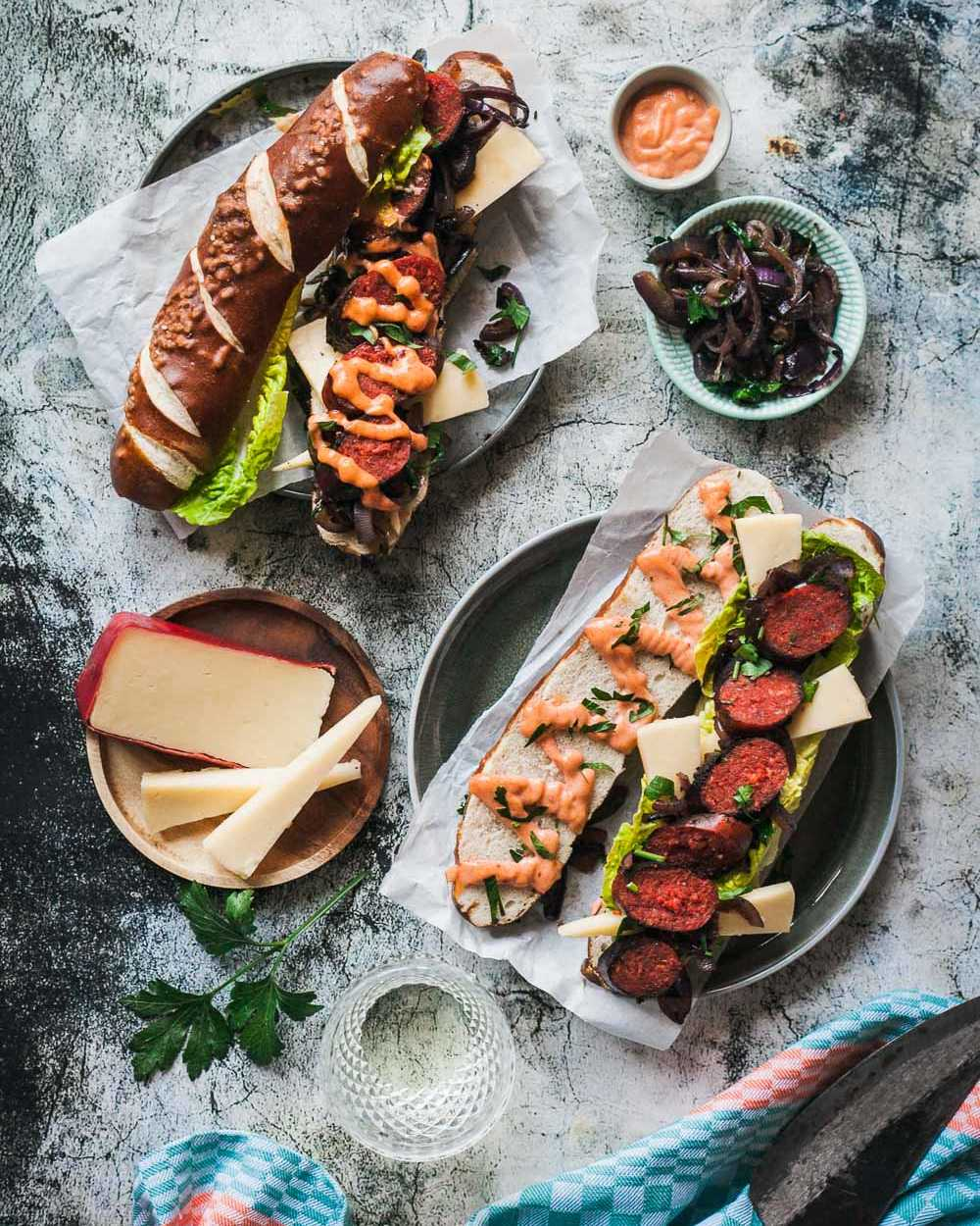 Chorizo Hot Dog mit geschmorten Zwiebeln, Räuchermayo und Landkäse aus Heumilch g.t.S. |GourmetGuerilla.de
