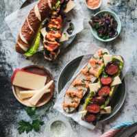 Chorizo Hot Dog mit geschmorten Zwiebeln, Räuchermayo und Landkäse aus Heumilch g.t.S.  GourmetGuerilla.de
