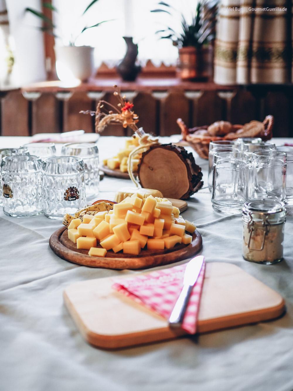 Brotzeit auf einem Bauernhof mit Produkten aus Heumilch g.t.S. Senner meets Blogger |GourmetGuerilla.de