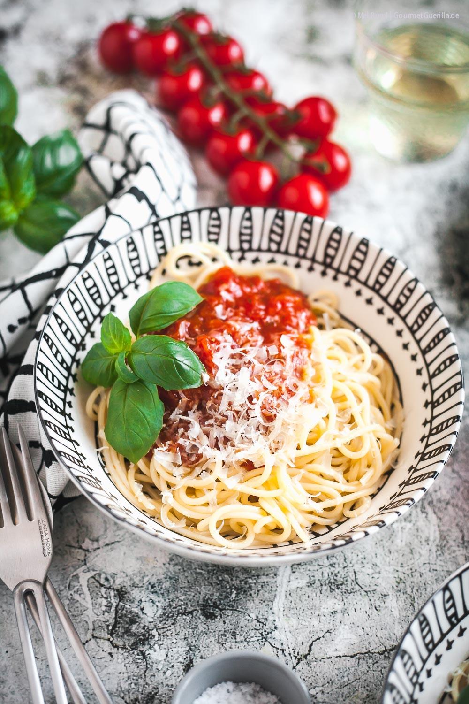 Spaghetti mit selbstgemachter Tomatensoße - ein superschnelles Rezept in zwei leckeren Varianten |GourmetGuerilla.de