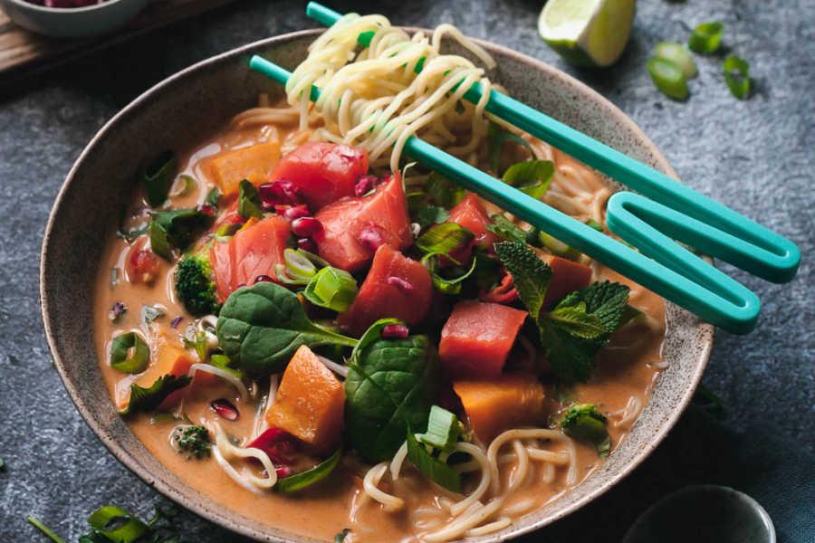 Winterliche Kürbis-Laksa mit viel Gemüse, zartem Lachs und Granatapfel Nudelsuppe aus Malaysia |GourmetGuerilla.de