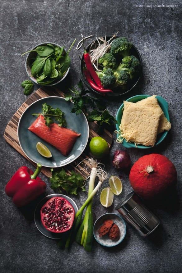 Zutaten Winterliche Kürbis-Laksa mit viel Gemüse, zartem Lachs und Granatapfel Nudelsuppe aus Malaysia  GourmetGuerilla.de